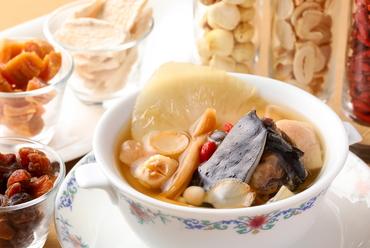 紹興酒の香りが上品。美容と滋養によい、贅沢なパワーフード『すっぽんとフカヒレの滋味薬膳蒸しスープ』