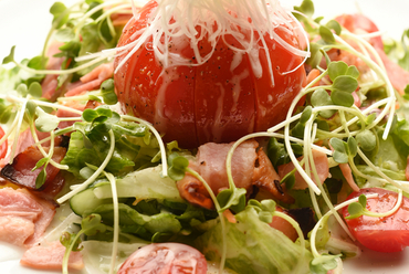 お酒に合う大人の味『丸ごとトマトとカリカリベーコンのサラダ』