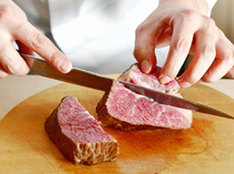 焼きあがった塊肉の中でも、旨みが凝縮された部位のみをカット