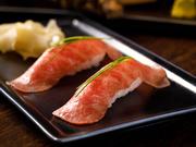 人気の肉握りも、【うし成】ならではの最高級肉を使用。黒毛和牛の希少部位サンカクバラのうち、理想的な霜降りが入る第1肋骨の肉に限定。美しいサシと脂の甘み、赤身の風味と旨みに優れ、とろける美味しさです。