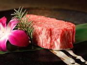 まさにベスト・オブ・ベスト。A5ランク黒毛和牛のフィレの真ん中、肉を味わう贅沢がつまるシャトーブリアンを最良の状態でご提供。表面を焼き、中はレアがおすすめ。無上の柔らかさと風味、旨みにしびれます。