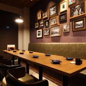 8名~14名で利用できる個室は、抑えた色調で大人の雰囲気