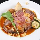 熱々のお出汁をかけ、桜色に変化する肉が美しい『国産リブロースの出汁茶漬け』