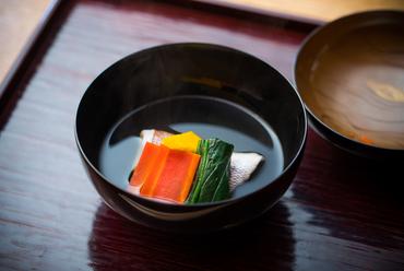 両づま折りにして蒸した小鯛をすまし仕立てにした『煮物椀』