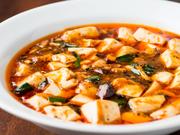 自家製タレを使い、40分かけて煮込んでつくった『四川風マーボー豆腐』。味良し、香り良し、ご飯のお供にもぴったりのメニューは、料理人のおすすめです。