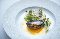 アワビの旨味を凝縮した『黒アワビのステーキ 4種の調理法で仕上げた野菜』
