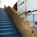 店があるのは壱岐島やアジアへのフェリーが発着する博多ふ頭のターミナルビルの2階。ビルの中から店へと入れず、外からビルの裏側へとグルリと回った奥に階段が現れ、店内へと入っていくアプローチが隠れ家感満載。