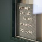 レストランスだけでなく、窓際のバーカウンターは【BAR PORTE】として営業。お酒だけの利用もでき、レストランの一部の料理も注文できます。海を眺めながら、ゆっくりとお酒を楽しめるのもこの店ならでは。