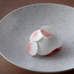 デセールの担当は、吉武氏と同じ佐賀県出身のパティシエールが担当。イチゴと牛乳のムース、トンカ豆のフォームのなかにイチゴのアイスクリームを忍ばせました。取材時のメニューであり、現在の料理とは異なります。