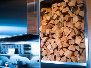 店内にも高く積み上げられた薪は、吉武氏には欠かせないツール