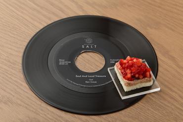 レコードの上に乗せ、音楽と食事のスタートをかける。アミューズ『生ハムとイチゴのダイヤモンド』