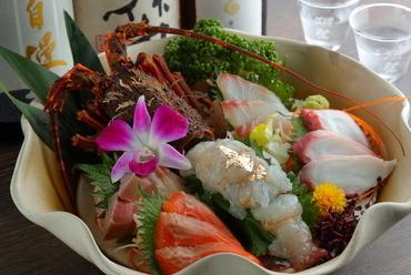 バリエーション豊富な海の幸が一皿に『刺身盛り合わせ+伊勢エビ刺』