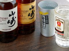 焼酎やハイボールも含まれるお得な飲み放題メニュー。カクテルやサワー、梅酒など100種類以上から選べます