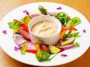 新鮮な季節野菜をたっぷり摂れる、女性に人気の一品。一人でヘルシーな食事として味わうもよし、シェアしてもよし。アンチョビの風味と塩気が効いた自家製ソースをたっぷりつけて召し上がれ。