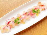 その日おすすめの旬の鮮魚を使用。季節ごとに変わる素材の旨みを存分に楽しめる一皿です。まろやかな酸味と甘みのある特製ソースが、素材の味わいを引き立てています。