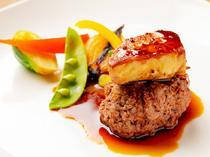 トリュフもフォアグラも味わえる、季節の野菜を添えた『和牛100%のハンバーグロッシーニ風』