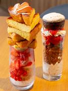 """可愛らしい盛り付けと美味しさにノックアウト。""""タワー""""のような本格スイーツは、見栄えだけでなく味も折り紙つきです。高級果実や厳選食材とパティシエの技が折り重なり、絶妙のハーモニーを堪能できます。"""