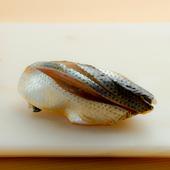艶やかに光る江戸前鮨の定番。職人の技が冴える『小肌』