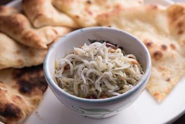 ピザ生地をシンプルにオリーブオイルで焼き上げた『愛媛県産しらすのフォカッチャ添え』