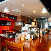 ライブ感あるオープンキッチンのカウンターで過ごす気ままな時間
