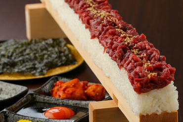 見栄えも華やか。特選馬刺しを使用した『ユッケ寿司』