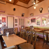 BGMにはオールディーズ。創業36年、レトロな空間で食事を満喫