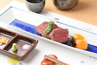 熟成により旨みが凝縮され、歯応えがよく適度にサシの入った『熟成ステーキ ロース』(100g~)