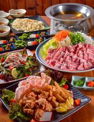 鍋は、ちゃんこ鍋・うまっしゅ酒鍋・味噌酒粕鍋の三種類からお選びいただけます。事前にお申し付け下さい。