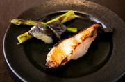 甘めの自家製西京味噌に、脂ののったぎんだらを漬け込んで焼いた一品。ホロっとほぐれるプリプリの身、香ばしい味噌の風味が、ごはんにもお酒にもよく合います。魚屋として開業した70年前から続く店自慢の味です。