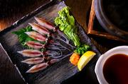 ぶりや鯛、蛸、クエなど旬の食材をしゃぶしゃぶで。写真は『生ホタルイカしゃぶしゃぶ』です。富山湾直送の新鮮なホタルイカを、昆布出汁にくぐらせていただきます。柔らかな食感と春らしいほろ苦さを味わって。
