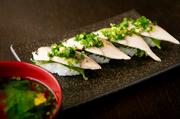 塩と酢に漬けたしめさばの表面をさっと炙り、握り寿司で提供してくれます。深漬けすることで、さばに酢がしっかり馴染んでおり、臭みも気になりません。加えて、さばの味がぐっと引き締まり、上品な味わいに。