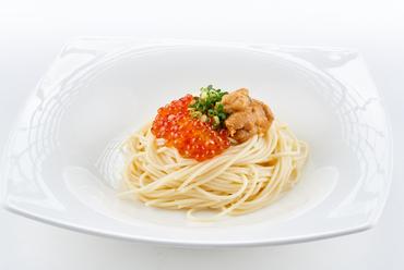 『あぶらこのアクアパッツァ』は新鮮魚介の旨みと風味が凝縮した目でも楽しめる一皿