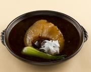 さっと炒める事で、素材の持ち味を生かした『蝦夷鮑料理』は食感、風味ともに抜群の美味しさ。高級食材として有名な蝦夷鮑の芳醇な味わいを見事に引き出した、贅沢な一皿です。