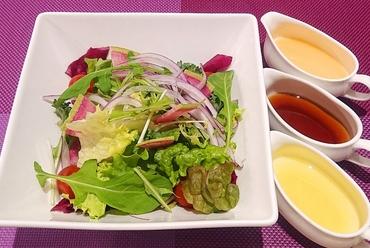 種類豊富に盛られた季節野菜の色が鮮やか『旬菜のグリル バーニャカウダ』