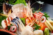 四季折々の旬の魚介を堪能できる、刺身盛り合わせ。北海道各地で水揚げされた、新鮮な素材の旨みは格別。訪れる度に異なる魚介に出合える人気メニューです。自家製のがこめ昆布醤油を付けていただきます。
