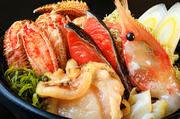毛蟹・紅鮭・活ホタテ・ツブ・縞海老・さざ波昆布・とろろ昆布が入った北海道らしい海鮮鍋です。