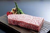 白老「あべ牛」本来の旨みを堪能できる『サーロインステーキ』