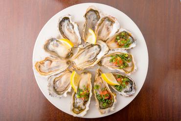 口いっぱいに広がる牡蠣の豊かな旨味『生牡蠣 ポン酢のジュレともみじおろし』