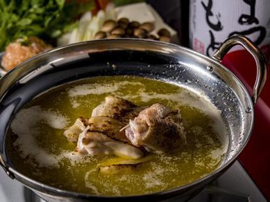 鶏の旨みを余すことなく味わう『炙りモモ肉の元祖水炊き鍋(一人前)』