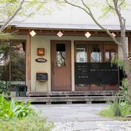 路地裏にひっそりと佇む隠れ家的なお店で、カフェのような落ち着いた空間が広がっています。入口までのアプローチは、緑豊かで様々な植物が並び、景色を楽しめるのも魅力。大人の時間を楽しむにピッタリのお店です。