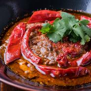 中華料理の伝統の味を継承しつつ、その枠に囚われない料理が特徴。提供されるメニューには、新たな感覚が盛り込まれ、食材・技法ともに追及されています。伝統の味を守りつつ、個性のある料理に注目。