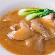 鶏と野菜を半日煮込んだ濃厚な白湯スープに、特製の醤油ダレを加えたスープと、肉厚でボリューミーなフカヒレ。高級食材であるフカヒレをたっぷり使用しながらも、リーズナブルな料金が魅力です。