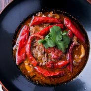 『花椒と唐辛子の煮込み』で使用するハラミは、柔らかく旨味がたっぷりの「佐賀牛」のハラミです。唐辛子の爽やかな辛さとしびれが、ハラミの旨味をより引き立たせて絶妙な味わいに。ワインとの相性も抜群です。