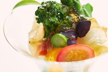 季節の味覚を満喫する『お野菜をふんだんに使用したひと皿 天然鯛のマリネ添え』