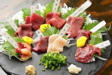 新鮮な馬肉の、あらゆる希少部位を食べ比べできる『馬粋盛り合わせ』