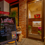 【La cielo】は天理駅西側へ出て徒歩1分と好立地だから、夜遅くまで楽しい時間が続きます。普段は気軽にお酒と料理を注文するスタイルで、記念日にはコース料理の予約がおすすめです。