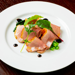 写真の『倭鴨ロース肉のタリアータ』のほか、「ヤマトポーク」「大和牛」など、奈良県産の厳選素材を堪能できる創作料理を提供しています。
