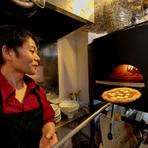 幸田シェフは【La cielo】のオープンキッチンで料理をしながらフロアの様子に気を配っています。自分が届けた料理を食べるゲストの笑顔を見る悦びを感じながら、さらに精進する毎日です。