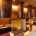銀座店では金をモチーフに、随所に金色が散りばめられており、とても豪華なつくり。料理には洋食器と和食器、どちらも使用し、目にも鮮やかな盛り付けで提供してくれます。和食器は信楽焼がメイン。