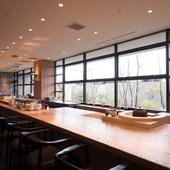 目の前の職人がつくる和食を、明るく開放感のある空間で堪能